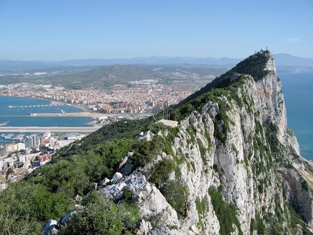 https://upload.wikimedia.org/wikipedia/commons/e/e3/Gibraltar_Rock_01.jpg